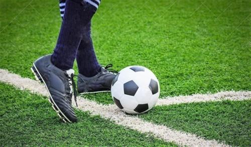 pé-que-retrocede-bola-de-futebol-no-canto-3772959