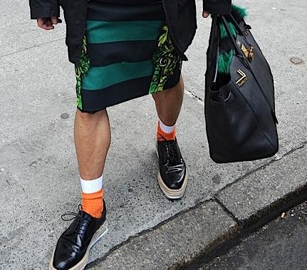 pernas suspeitas (homem) com saia e sapatos da moda