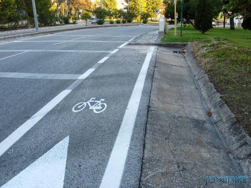 Ciclovia que foi apenas pintar berma da estrada, terminando com o lancil do passeio [en] Bike path that was just paint the side of the road, ending with the curb ride