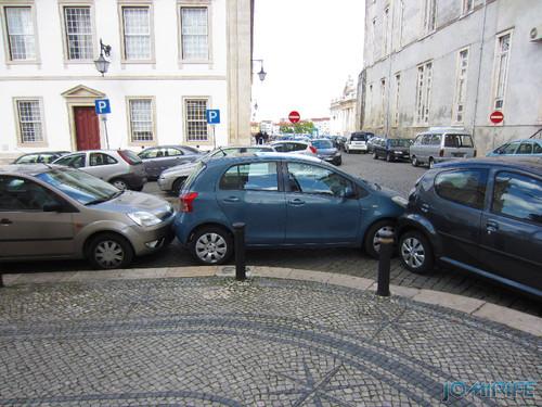 Carro estacionado encostado aos carros bloqueando-os de conseguir sair