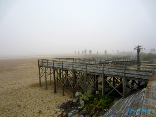 Figueira da Foz ao inicio do dia com nevoeiro - Passadeira para Oásis da praia [en] Figueira da Foz in the morning with fog - Walkway on the Oasis beach