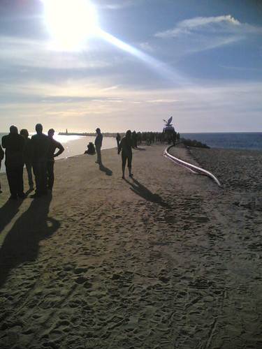 Muita gente a ver o resgate da traineira naufragad