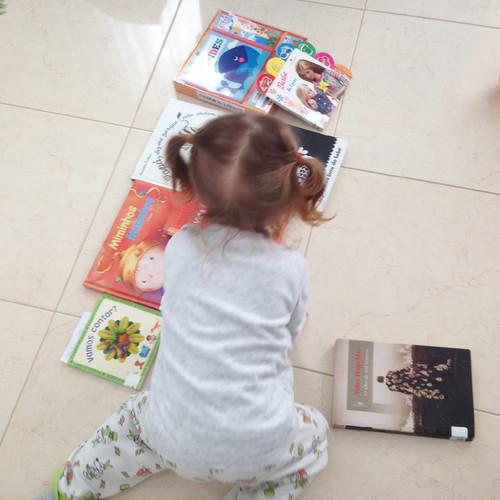 Lara e os livros.jpg
