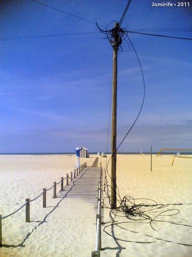 Fios de electricidade à beira do passadiço praia
