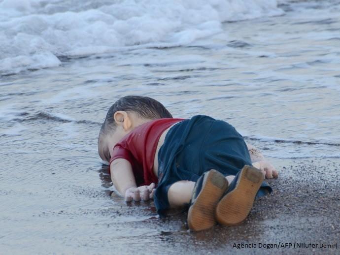 Menino morto na praia.jpeg
