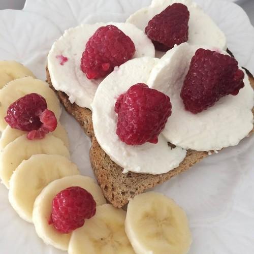 pão com queijo fresco, framboesas e banana_poeten