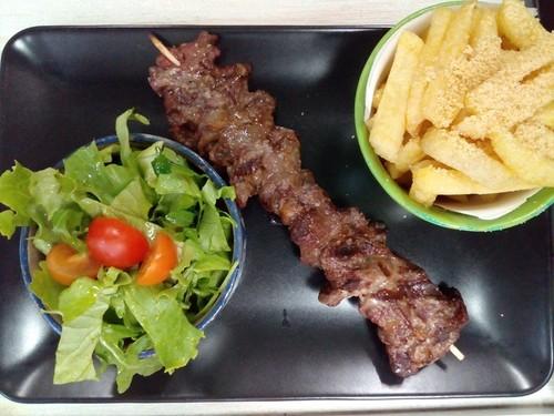 Espetada_Maminha_batatafrita_salada.jpg