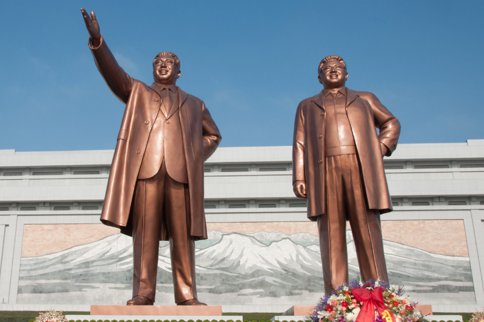 Statues_of_Kim_Il-Sung_and_Kim_Jong-Il_on_Mansudae