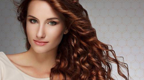 Mulher com um cabelo saudável