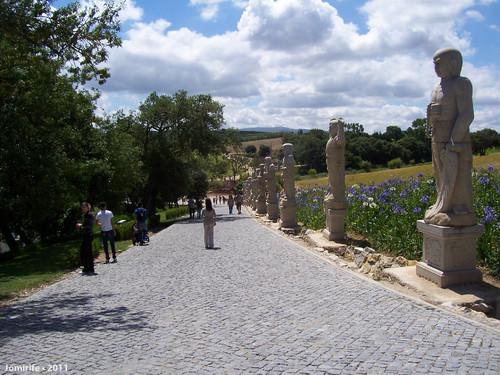 Jardim Buddha Eden - Rua com muitas estátuas