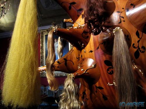 Joana Vasconcelos - Perruque 2012 (2) aka Estrutura de madeira com cabelos [EN] Perruque - Wooden structure with hair