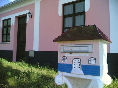 Caixa de correio em miniatura igual à casa grande