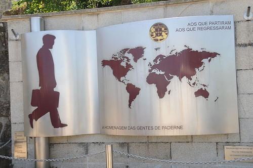 0 Monumento_Emigrante_-_Paderne.JPG