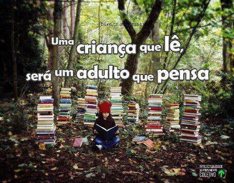 uma criança que lê