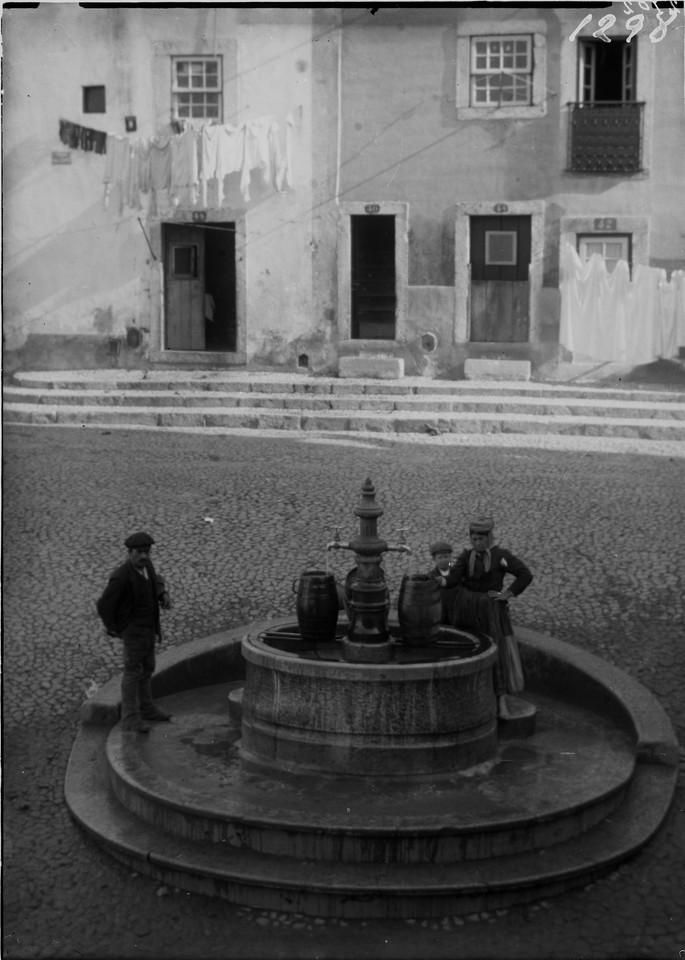 Chafariz no Largo da Achada, 1901, foto de Machado