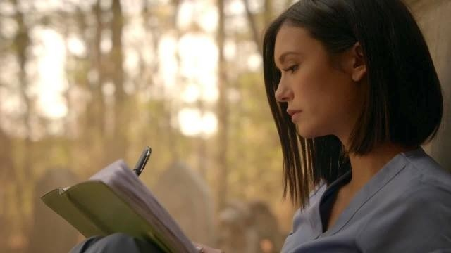 the-vampire-diaries-8x16-elena-escreve-em-seu-diar