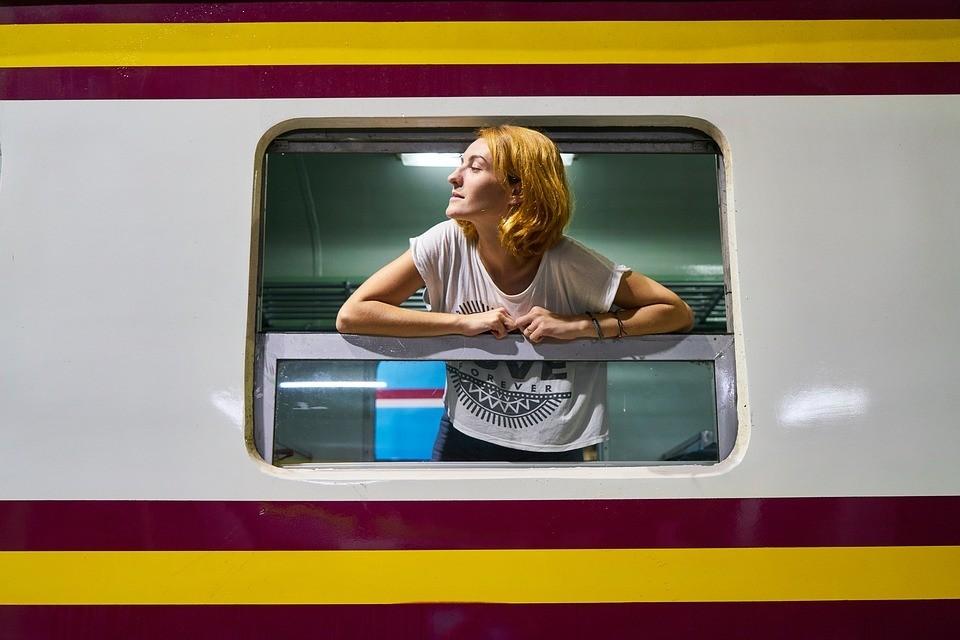 Imagem Pixabay - Sozinha no Comboio