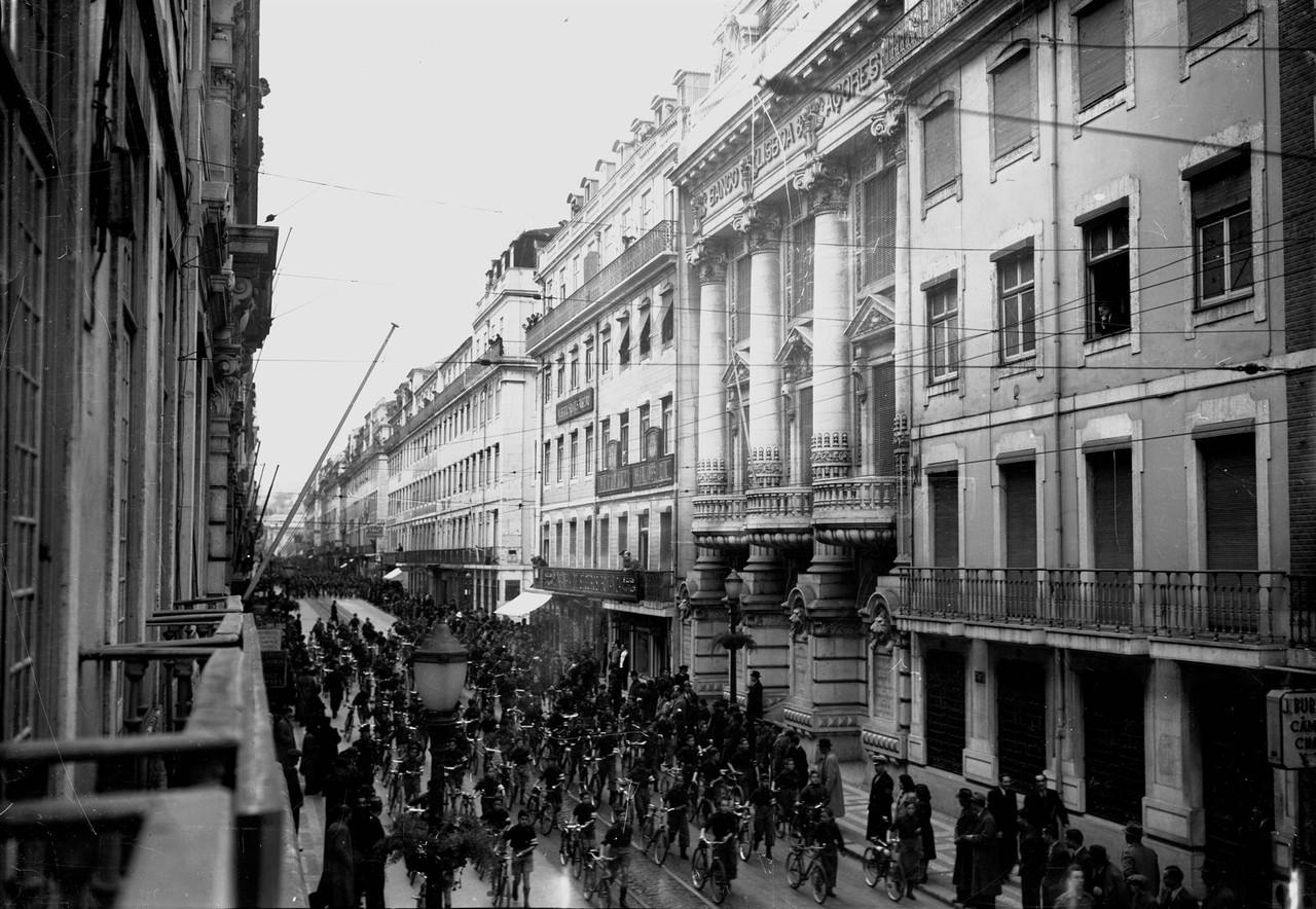 Prova de ciclismo perto do Banco Lisboa & Açores,