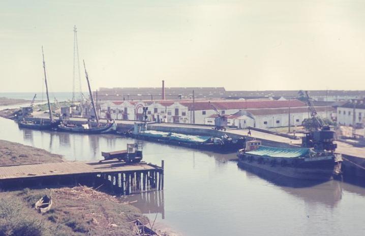 O rio Trancão e a sua vertente económica - fábricas de trefilaria e cortiça - eram decerto a imagem mais comum de Sacavém durante os três primeiros quartéis do sécul XX.