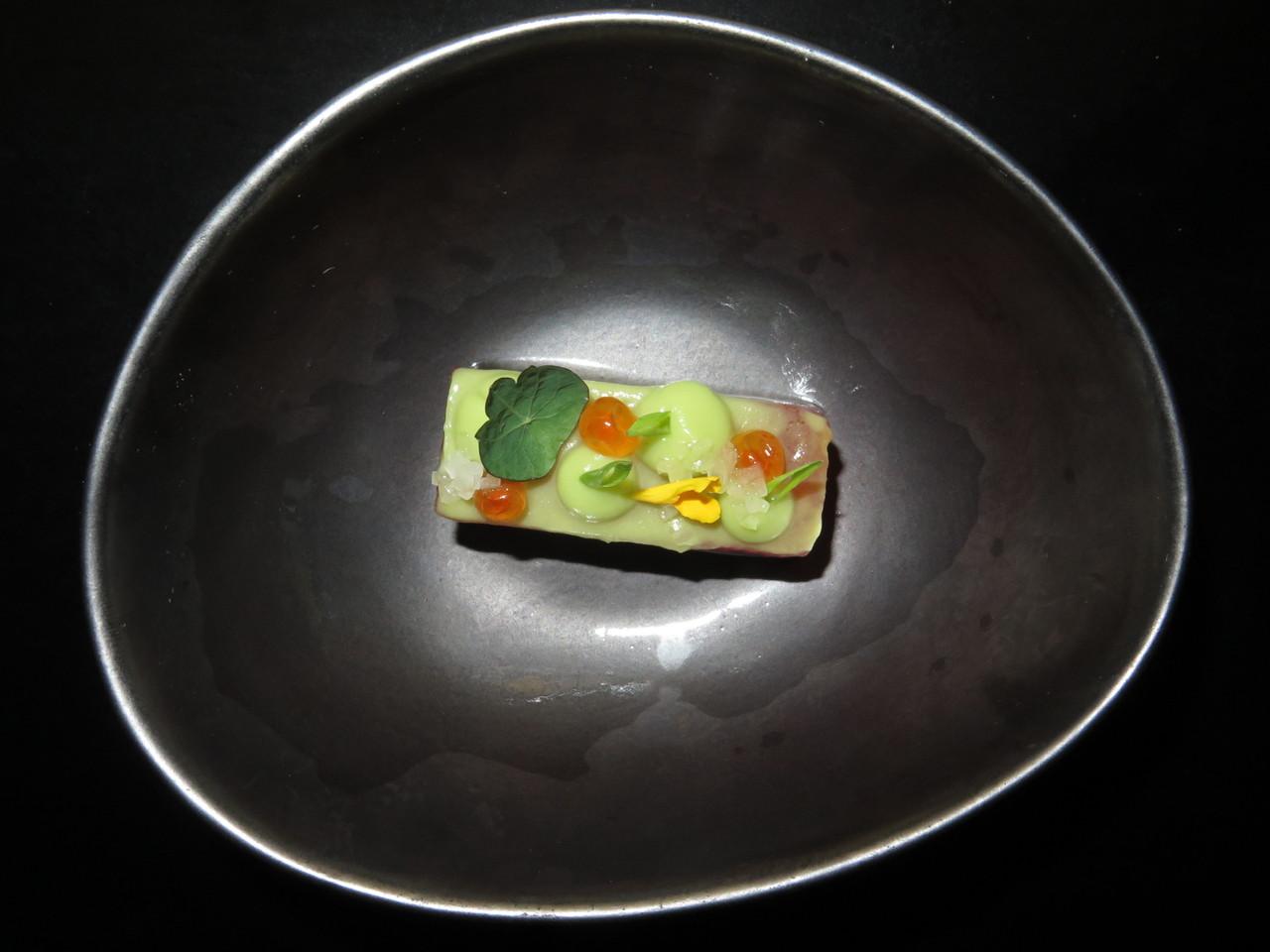Melancia marinada em soja, guacamole e ovas de salmão