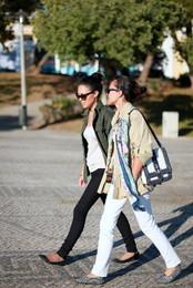 Estilo das irmãs timorenses na calçada lisboeta