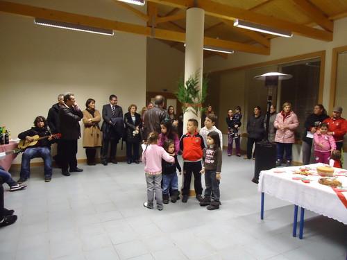 O Padre Hélder a falar com as crianças da Várzea