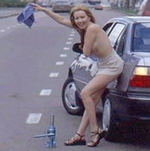 Mulher nua na estrada