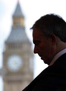 Tony Blair, pensativo...ou a pensar nas economias...